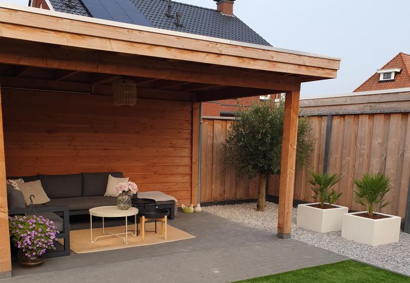 Een luxe houten overkapping hoort in de tuin anno 2021!